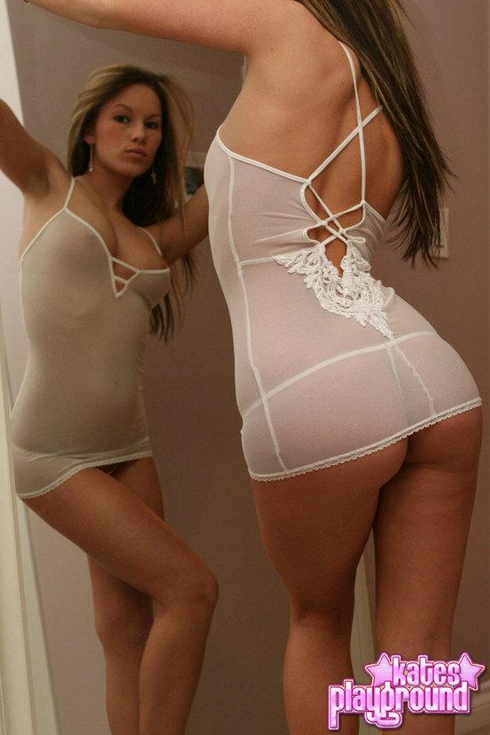 Эротический фотосет симпатичной девушки с зеркалом