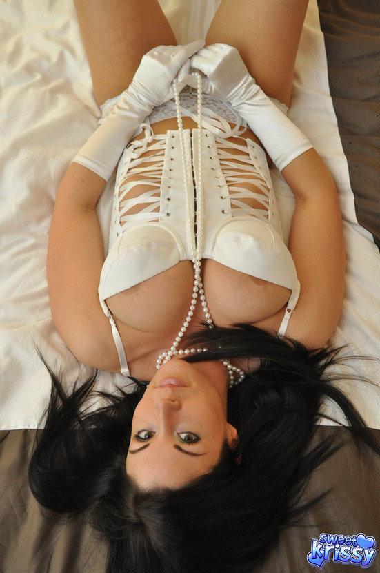Эротическая фотогалерея девушки-секси в жемчужной ниткой