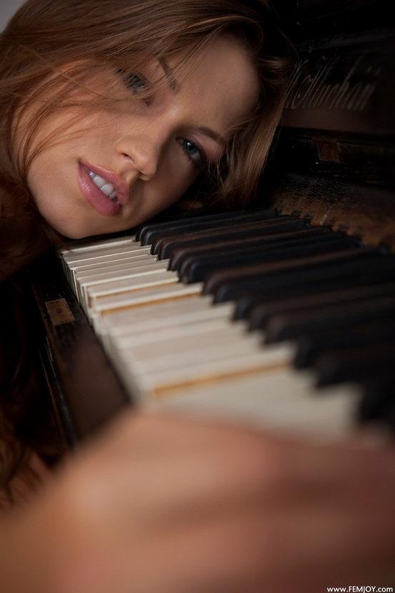 Эротические фотографии красивой девушки у фортепьяно