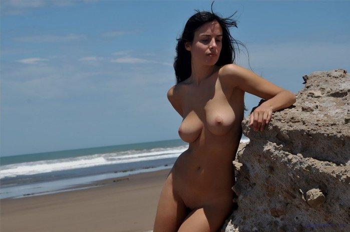 Эрогалерея прелестной брюнеточки в бикини на морском берегу