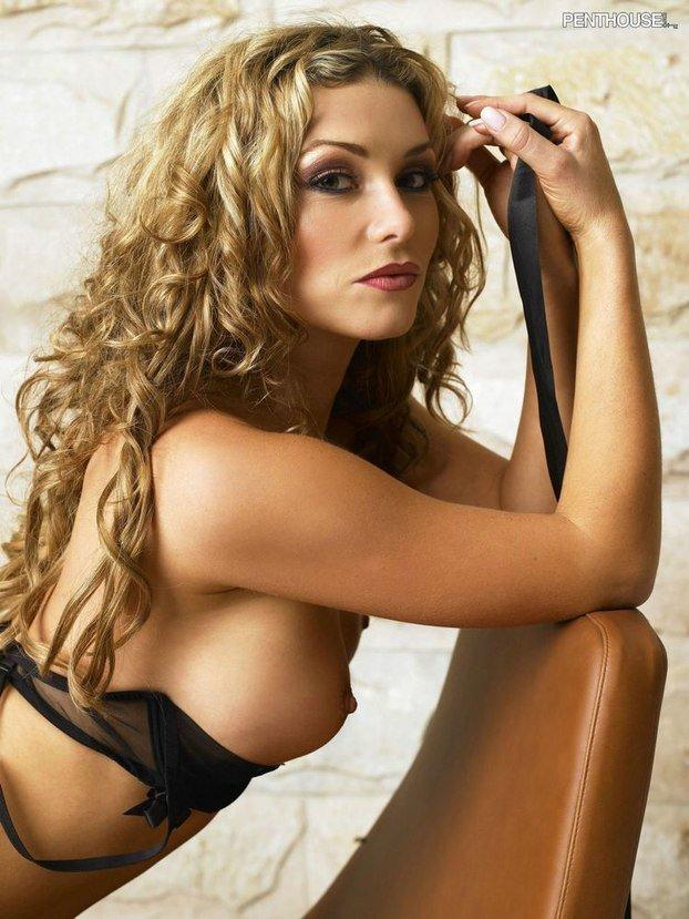 Эротическая галерея блондинки в широком кожаном кресле
