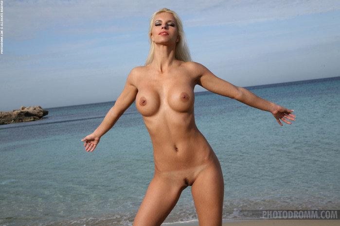 Эротическая фотогалерея красивой девушки-секси в бикини