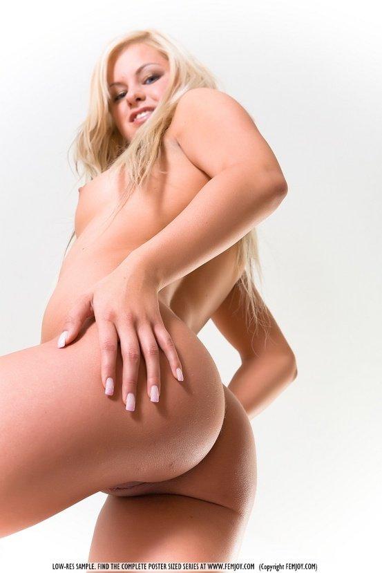 Эротическая галерея милой блондиночки в красном пеньюаре