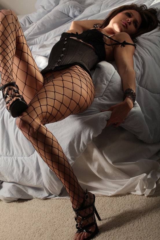 Эротические фото красивой девушки в корсете и колготках-сеточке
