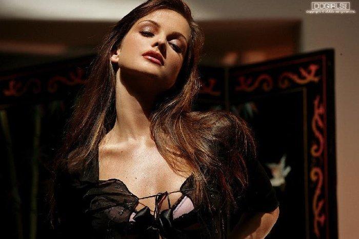 Эротическая фотосессия сексуальной брюнетки у торшера