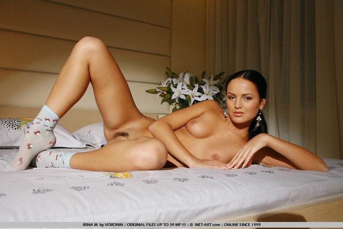 Эротические фотографии красивой девушки с белыми лилиями