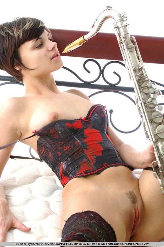 Эротическая фотосессия симпатичной девушки с саксофоном