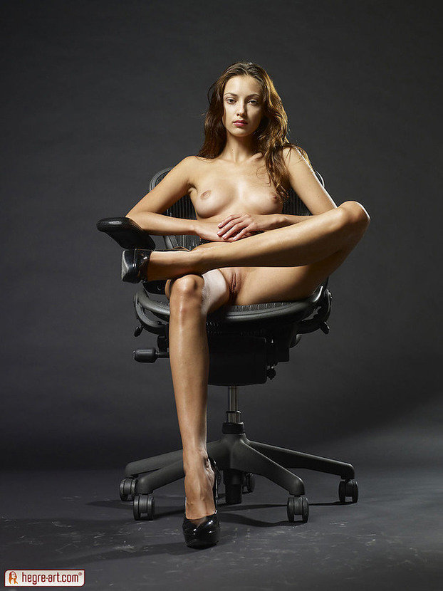Эротические фото красивой шатенки верхом на офисном кресле
