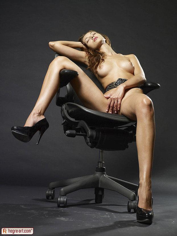 Эротика В Студии На Офисном Кресле Фото