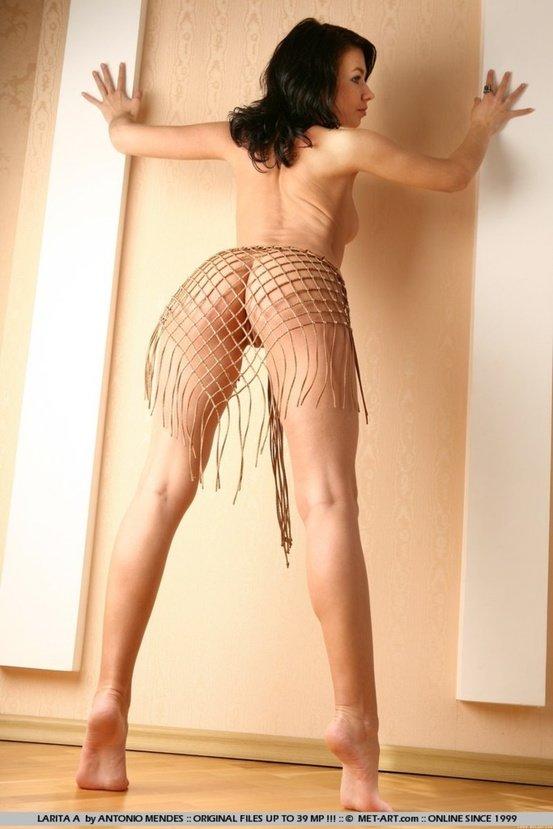 Эротические фотографии сексуальной брюнетки в платке-сеточке