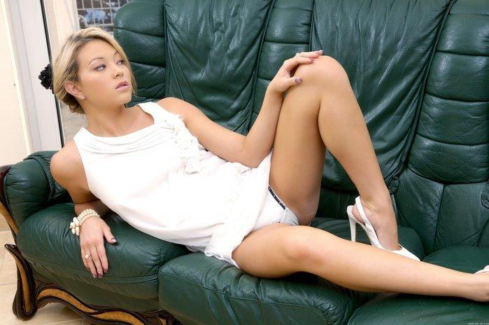 Эротическая галерея красивой девушки блондинки в белом платье