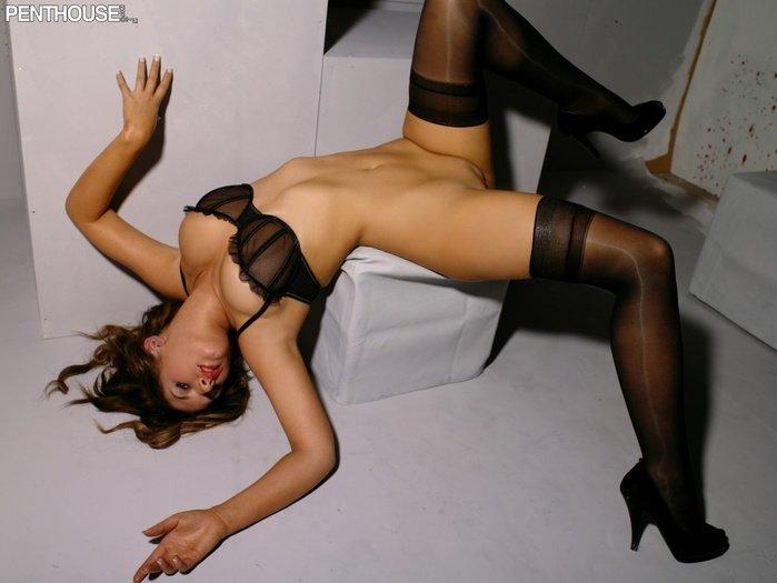 Эротический фотосет красивой шатенки в черных чулочках