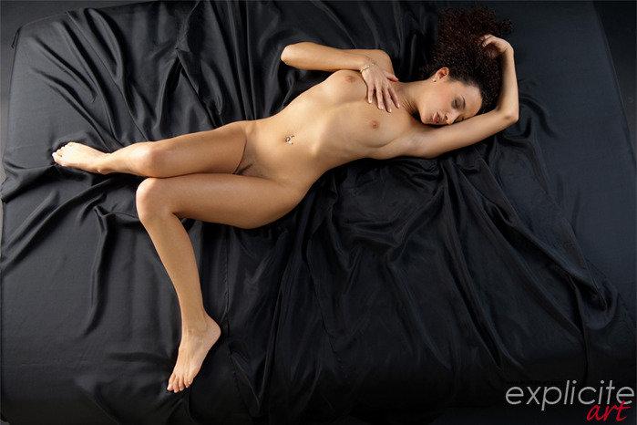 Эротическая фотосессия кучерявой брюнетки в красном белье