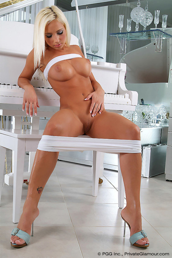 Эротическая фотогалерея красивой блондинки с белым роялем