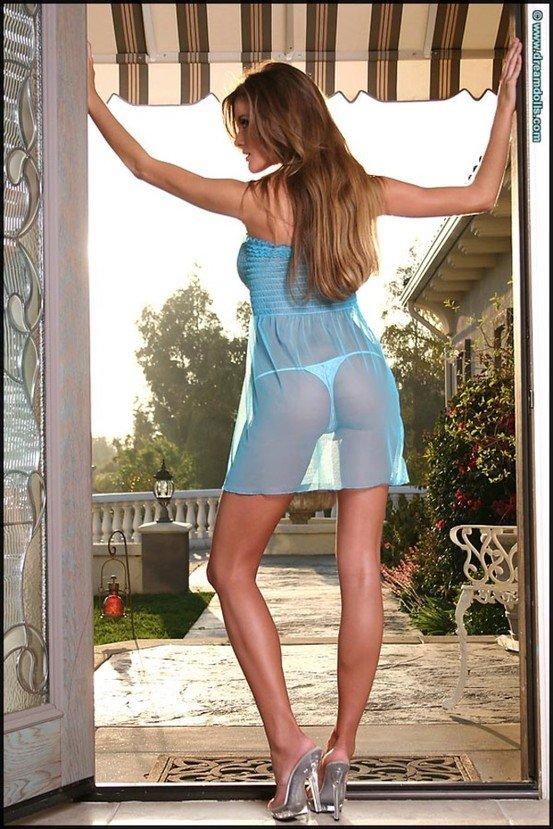 Эротическая фотосессия красивой шатенки в голубой ночнушке