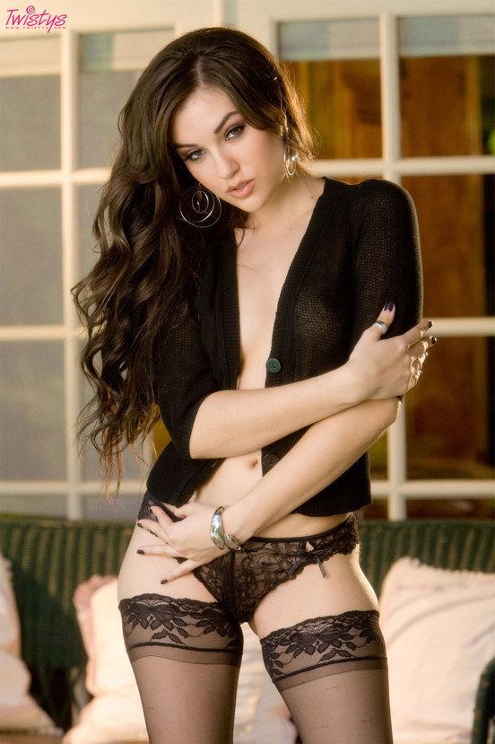 Эротические фотографии сексуальной брюнетки в черной кофте