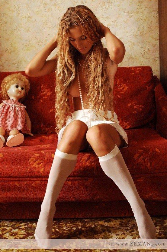 Эротическая фотогалерея красивой блондинки с куклой