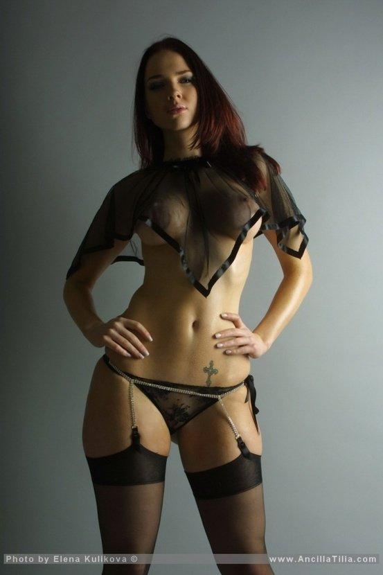 Эротический фотосет девушки в черном кружевном белье