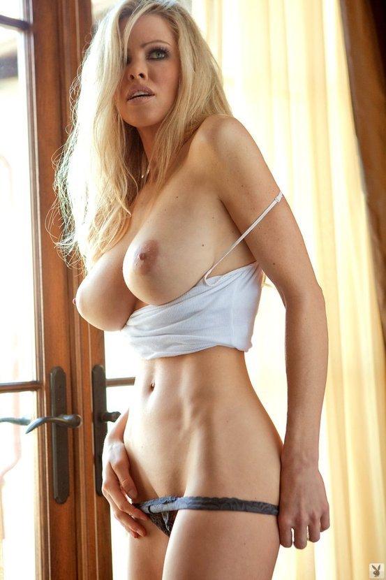 Эротическая фотогалерея сексуальной блондинки в маечке