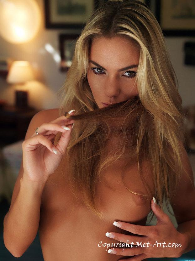 Эротическая фотосессия девушки блондинки в домашнем халатике