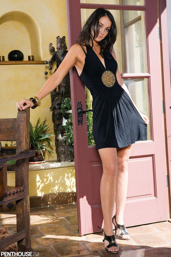 Эрогалерея сексуальной брюнетки в коротком черном платье