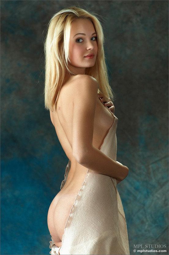 Эротическая галерея романтичной девушки в бежевом платье