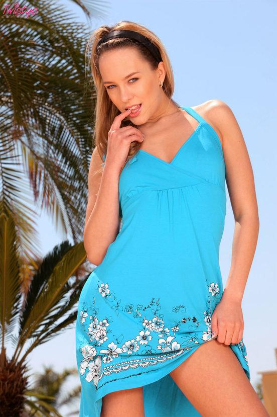 Эрогалерея прелестной девушки блондинки в голубом платье