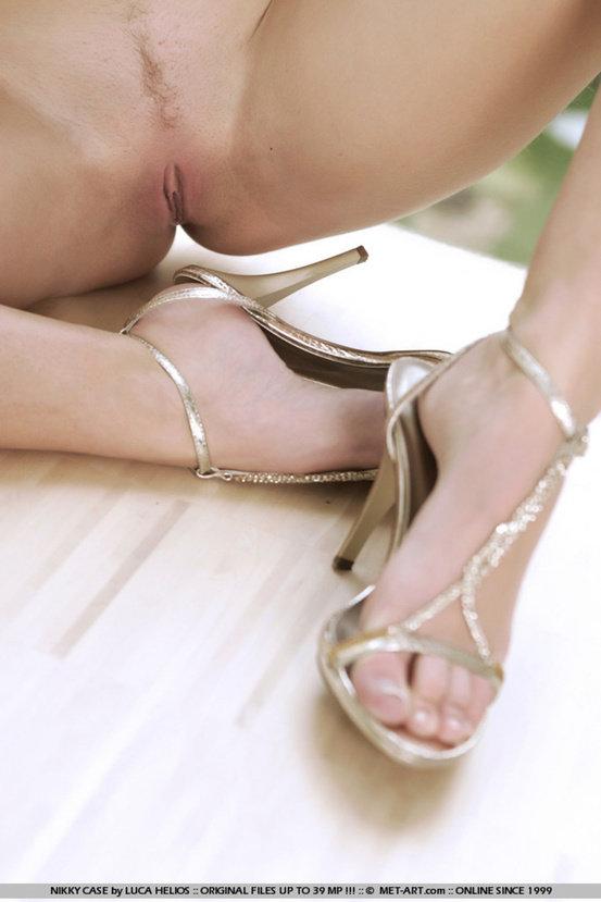 Эротическая фотогалерея обнаженной блондинки в поясе