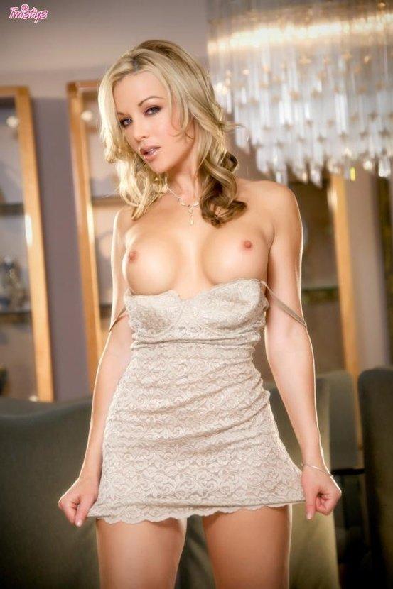 Эротические фото сексуальной блондинки в коротком платье