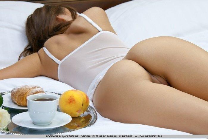 Эротическая галерея красивой голой девушки с желтой розой