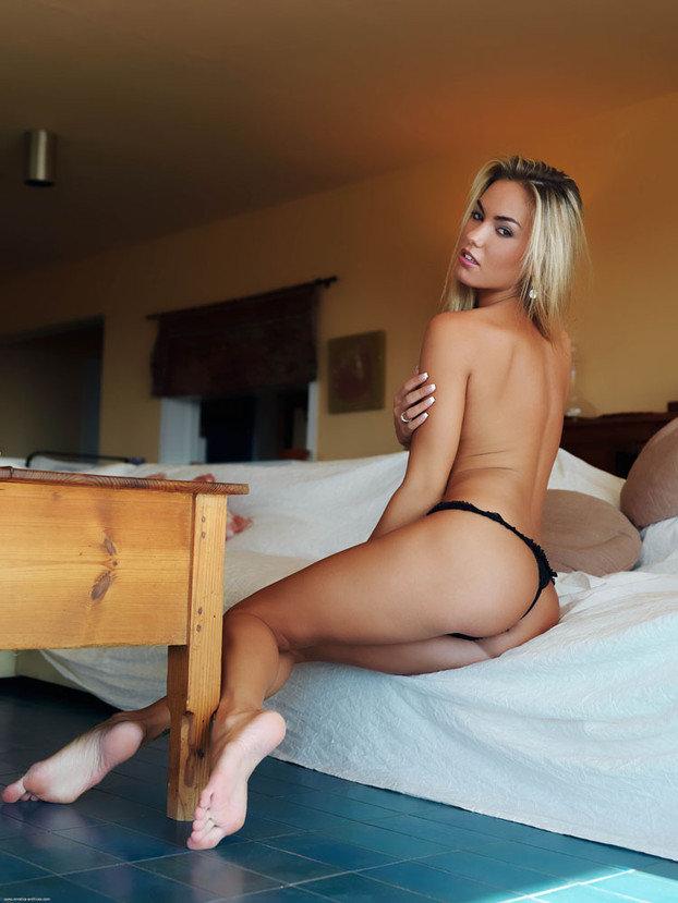 Эротическая фотогалерея блондинки секси в черных трусиках