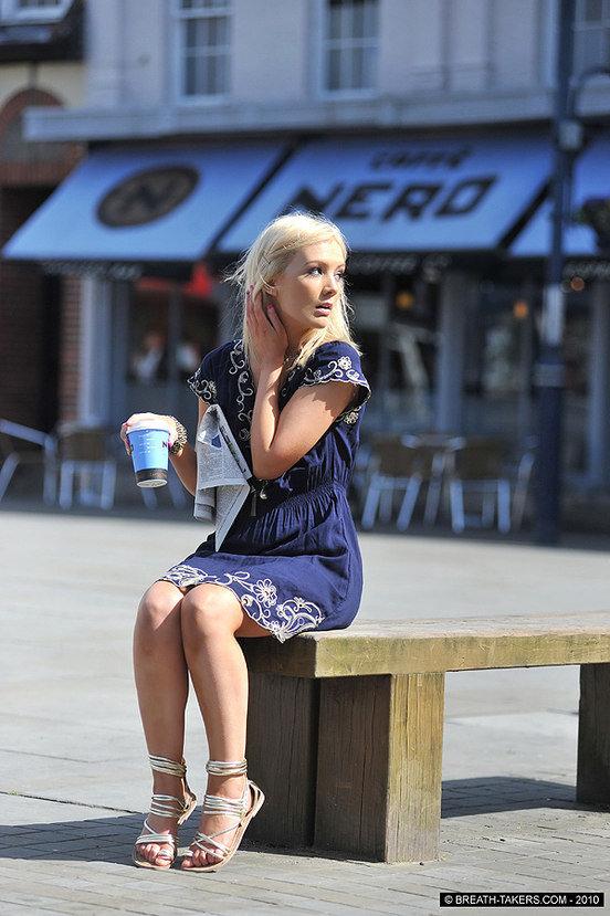 Эрогалерея очаровательной девушки в синем платье с вышивкой