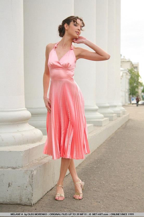 Эротические фото красивой девушки в розовом шелковом платье