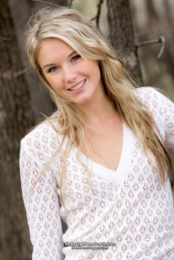 Эротический фотосет милой девушки блондинки в осеннем лесу