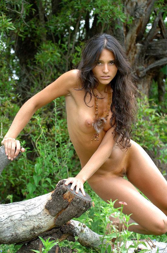 Эротические фотографии обнаженной девушки брюнетки в лесу