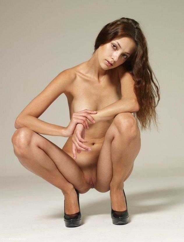 Эротическая фотогалерея красивой голой девушки шатенки