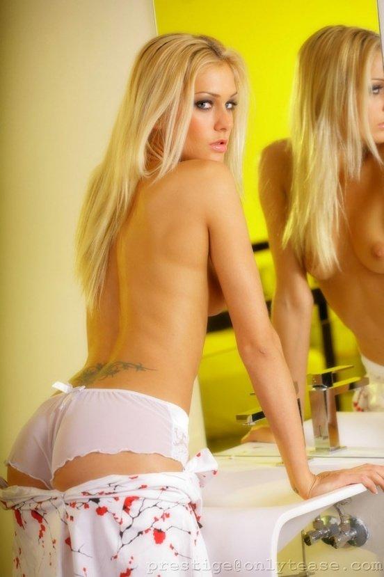 Эротическая фотогалерея блондинки секси в белом платьице