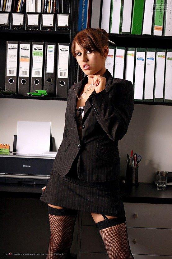 Эротическая фотогалерея сексапильной брюнеточки в офисе