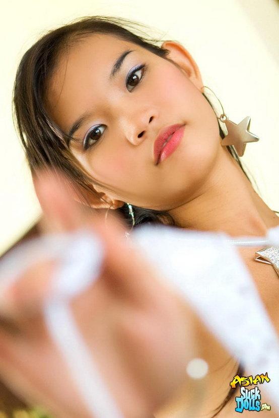 Эротическая галерея прелестной азиаточки в белом костюмчике