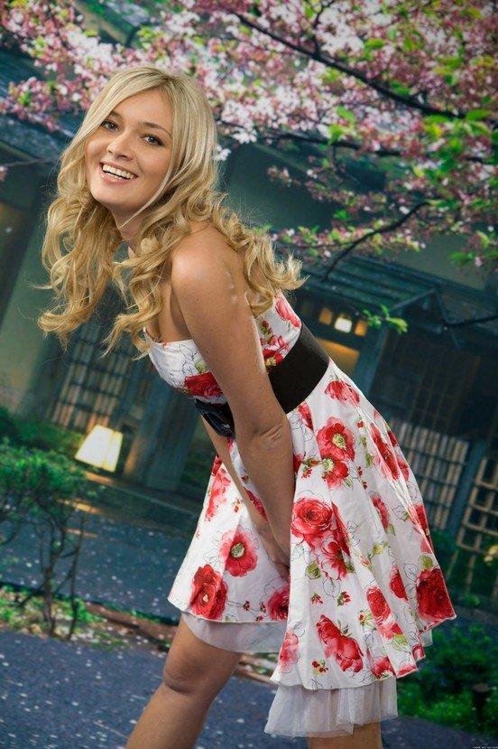 Эротический фотосет девушки в платье с красными маками