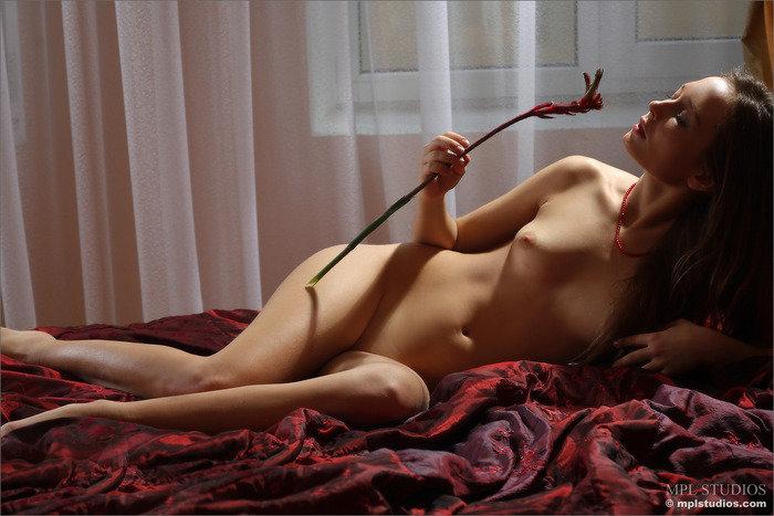 Эротическая фотосессия юной девушки с аленьким цветочком