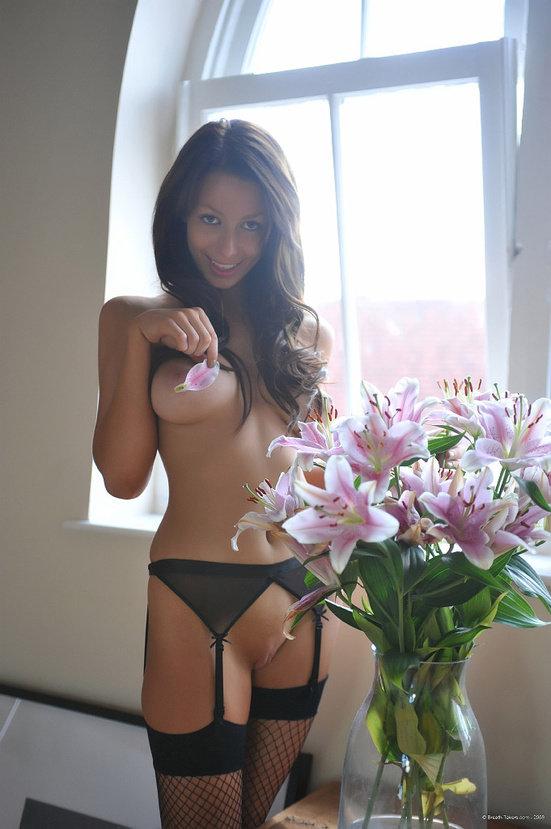 Эротический фотосет сексуальной девушки брюнетки с лилиями