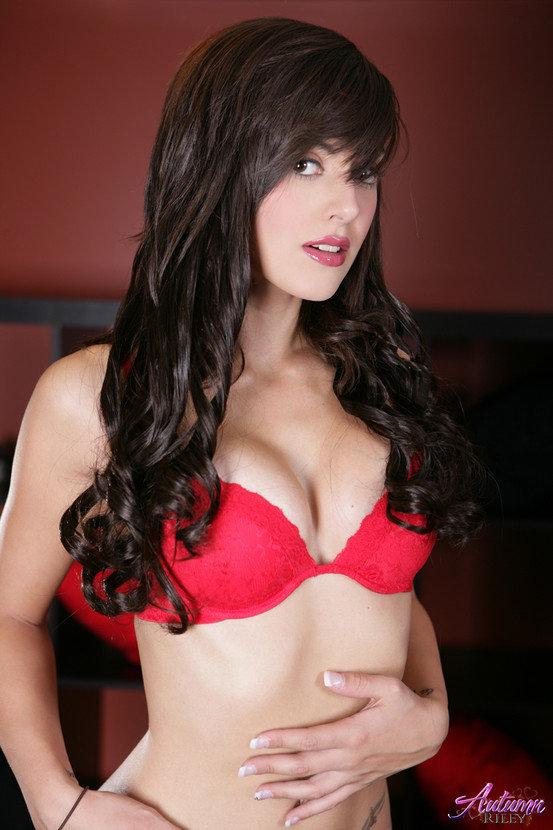 Эротические фото брюнетки в красном лифе и черных трусиках