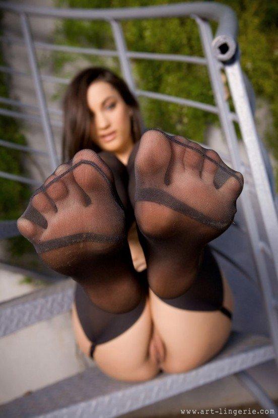 Эротические фотографии шатенки секси на винтовой лестнице