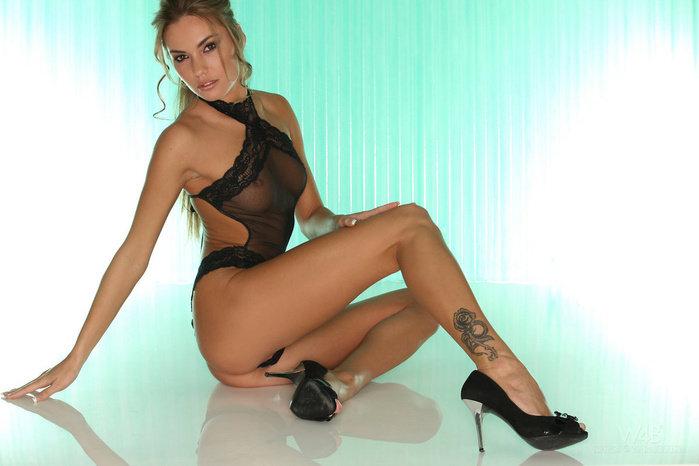 Эротическая фотосссия блондинки в черном кружевном боди