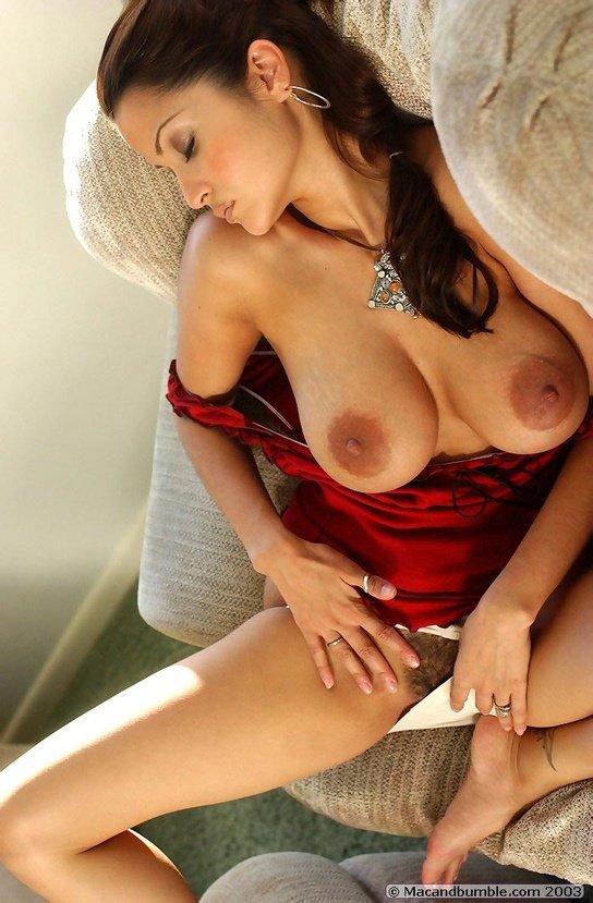 Эротическая фотогалерея роковой девушки в красной маечке