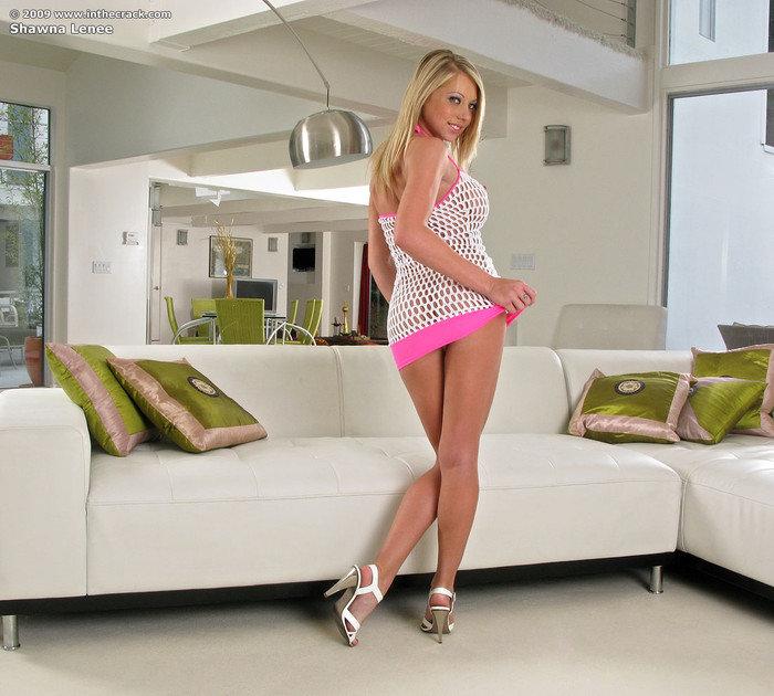 Эротические фотографии блондинки в вязаном платье-сеточке