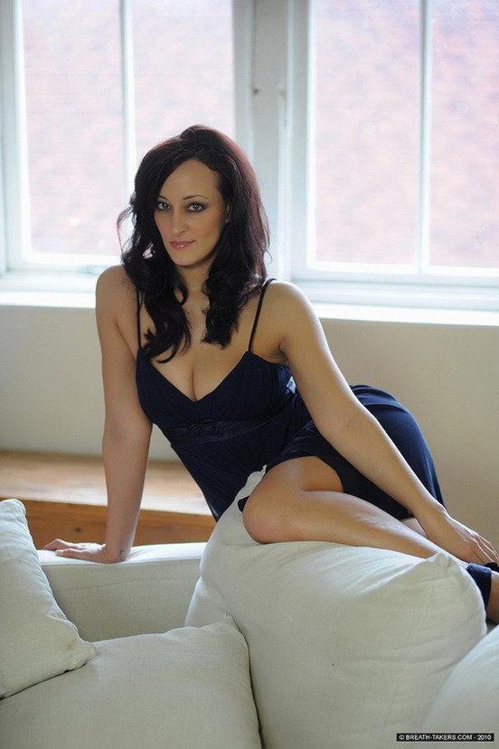 Эротическая фотогалерея брюнетки секси в черном платье