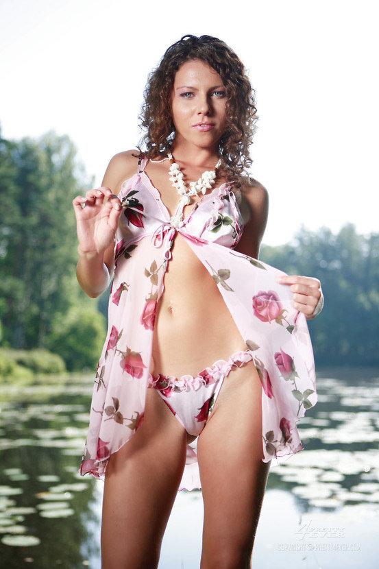 Эрогалерея милой кудрявой девушки на берегу лесного озера