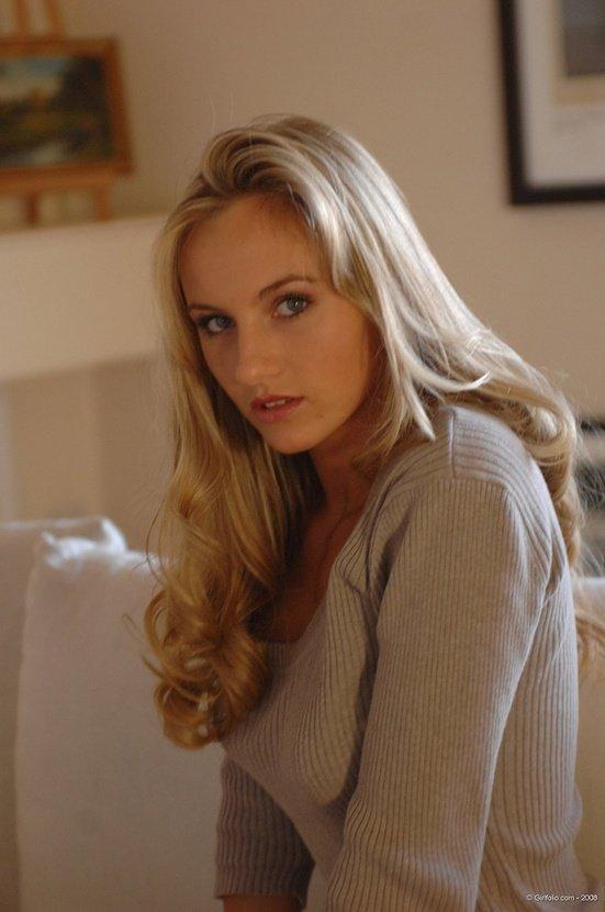 Эротические фотографии девушки блондинки в белых джинсах